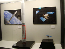 M-Vロケットと「はやぶさ」模型
