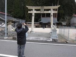 中和神社入り口で記念撮影