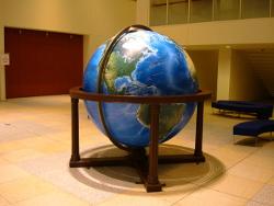 動かせる巨大地球儀