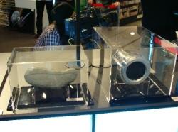 イトカワとイオンエンジン模型