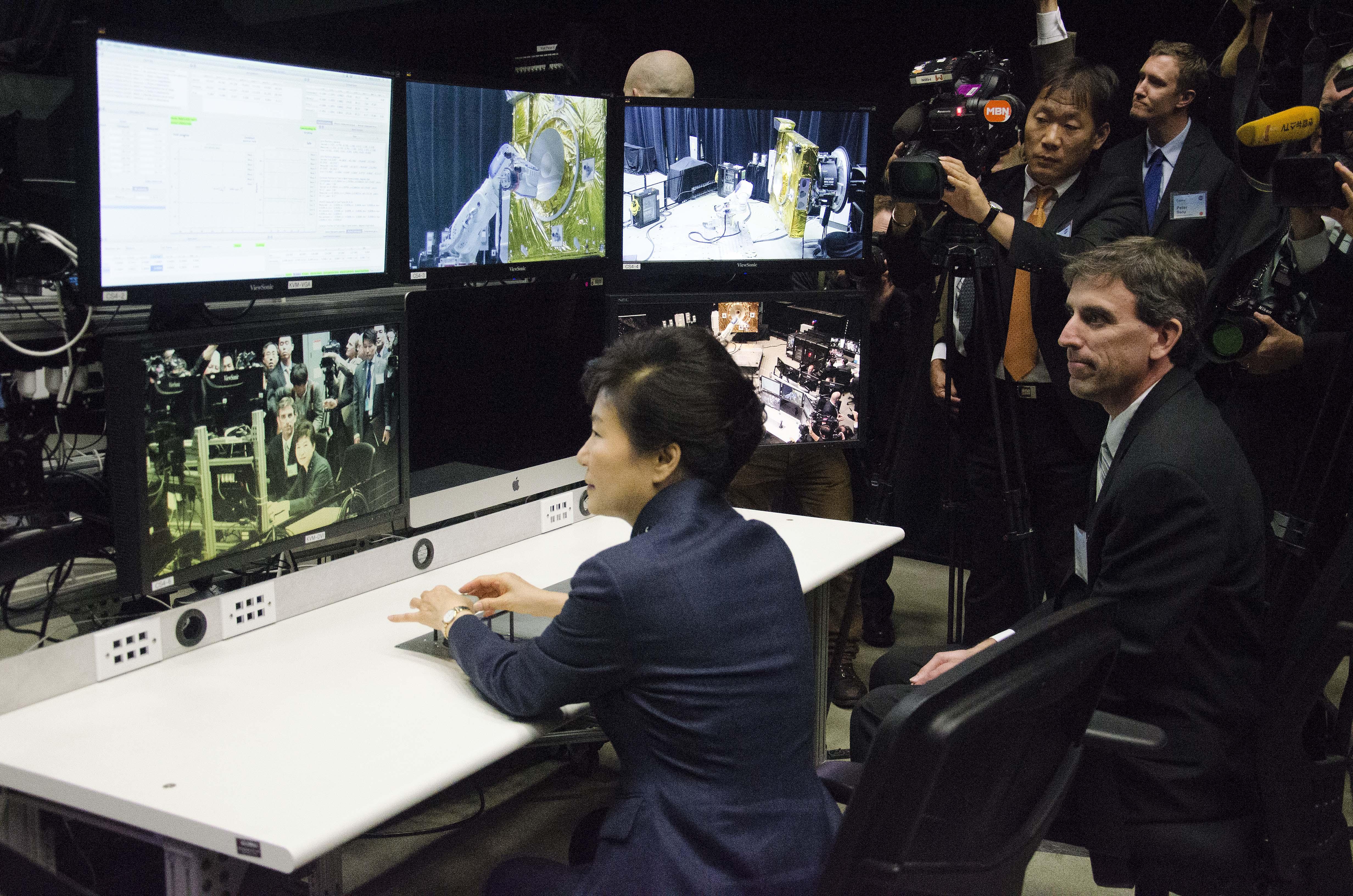 ロボットアーム操作を行う朴槿恵大統領 (Photo: NASA)
