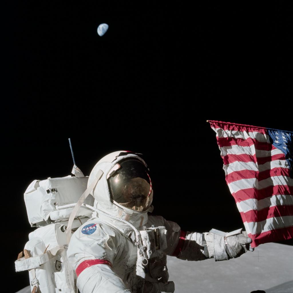 アポロ17号でのサーナン船長とアメリカ国旗
