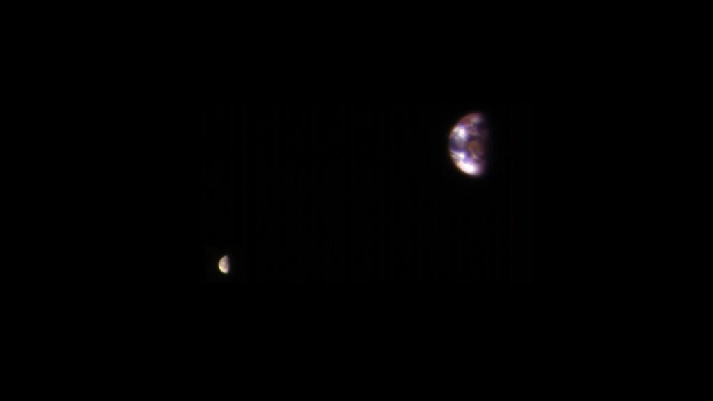 マーズ・リコネサンス・オービターが捉えた火星軌道上からみた地球と月