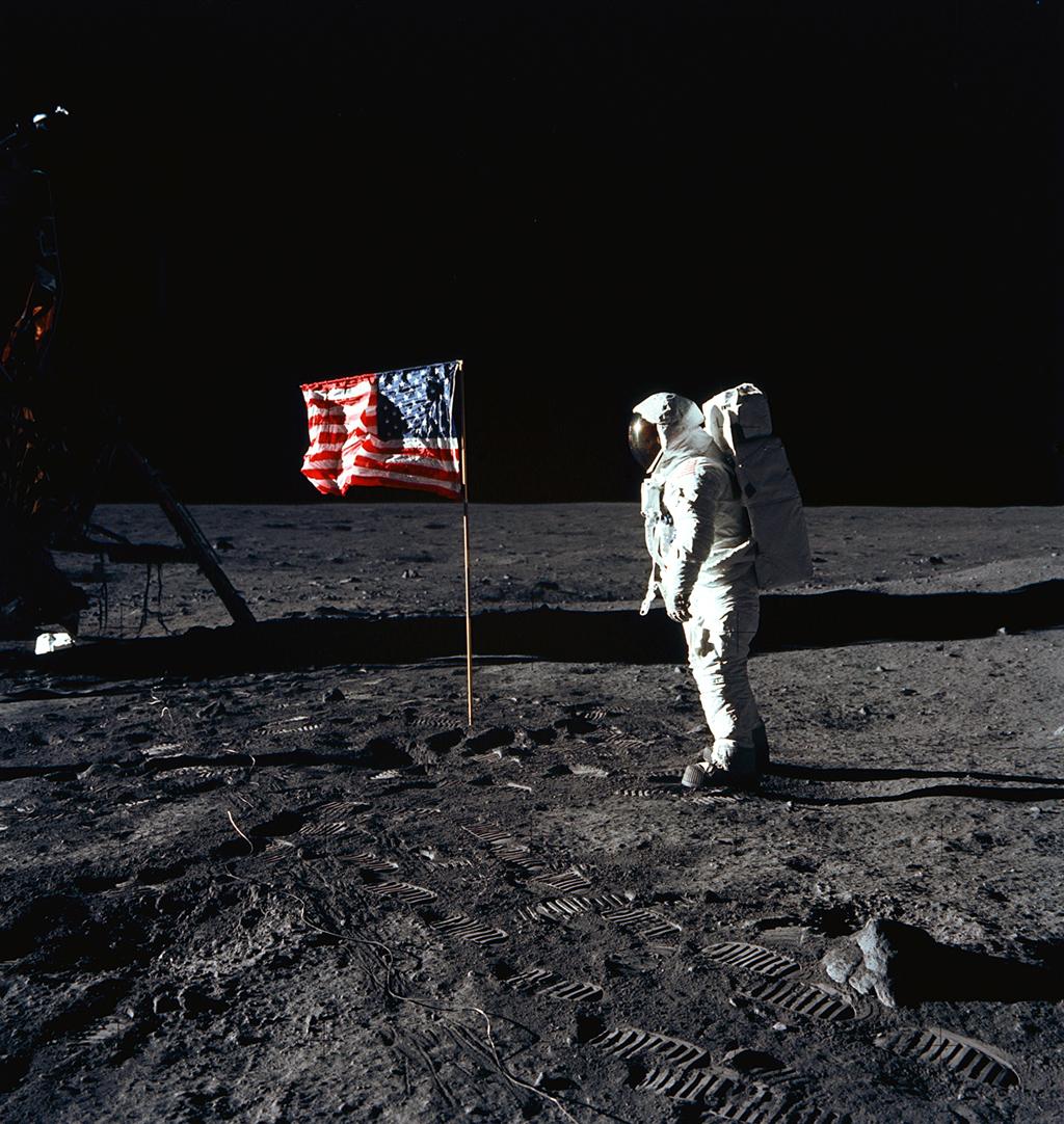 月面の旗とオルドリン宇宙飛行士