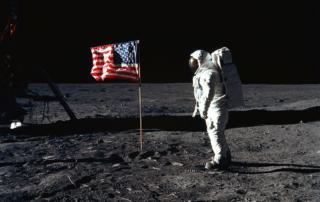 アポロ11号の月面の星条旗とオルドリン宇宙飛行士