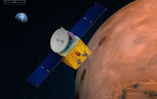 火星上空を飛行するアル・アマル探査機の想像図