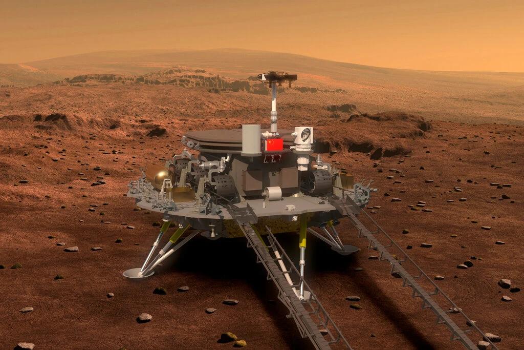 火星に着陸した「天問1号」着陸機とローバー