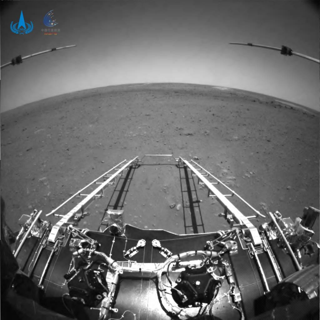 天問1号のローバーが撮影した写真(白黒)