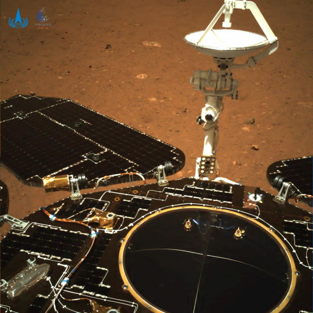 天問1号のローバーがはじめて撮影した写真(カラー)
